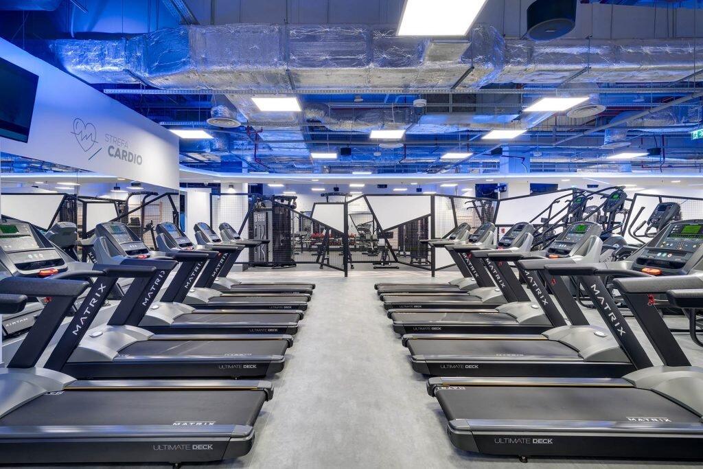 Strefa cardio na siłowni Cityfit. Większość z nas najwięcej czasu spędza na tego typu maszynach, dlatego też jak będziemy wybierać siłownie zwróćmy uwagę na standard maszyn cardio