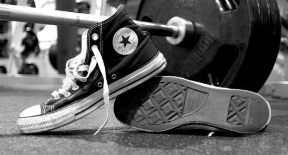 Jakie buty na trening? Trampki - spełniają wszystkie wytyczne, ich cena jest optymalna oraz można w nich komfortowo chodzić.